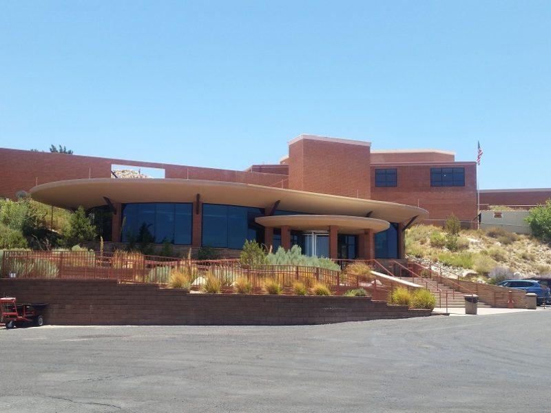 ingresso e parcheggio del visitor center del Meteor Crater in Arizona